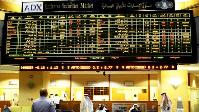 متعامل في أحد أسواق المال الإماراتية
