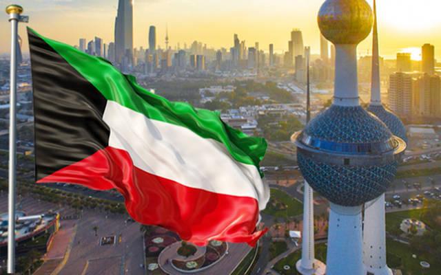 علم الكويت يرفرف فوق أحد معالم البلاد
