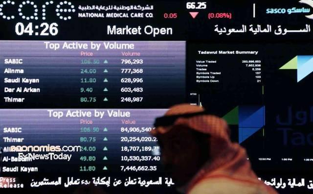متعامل يتابع أسعار الأسهم السعودية، الصورة أرشيفية