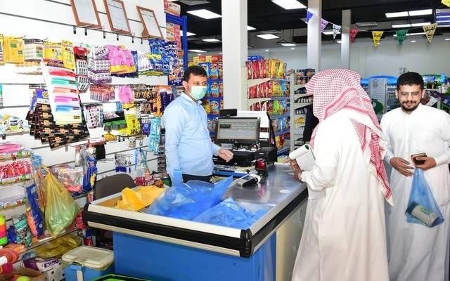 مواطنون سعوديون يشترون احتياجاتهم من داخل المحال التجارية- أرشيفية
