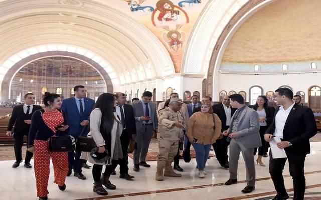 المشاركون بالمنتدى خلال تفقد كاتدرائية ميلاد المسيح بالعاصمة الإدارية